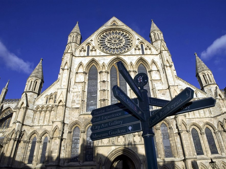 Ground_view_of_York_Minster